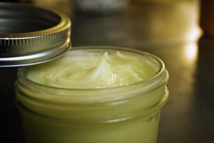 Лечебными свойствами обладает не только настойка золотого уса, но и мазь с использованием сока растения.