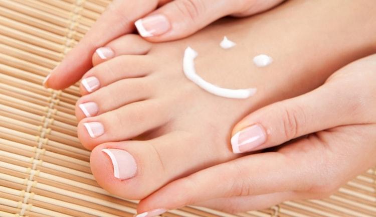 В целях профилактики важно правильно ухаживать за ногами, увлажнять кожу.