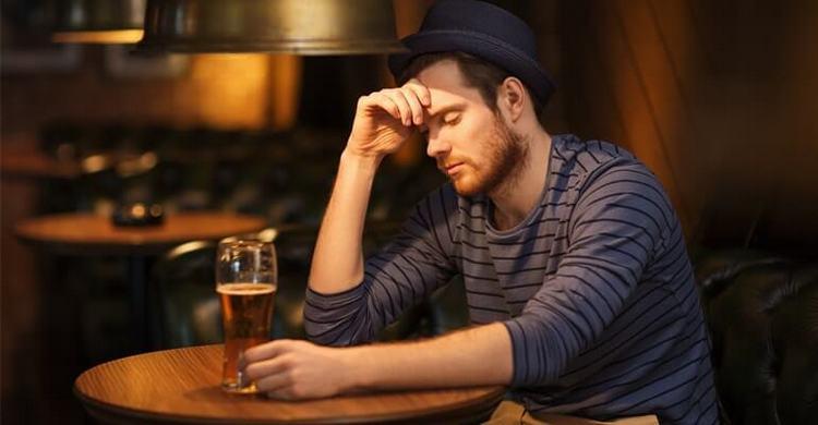 Нередко причиной недуга становится злоупотребление алкоголем.