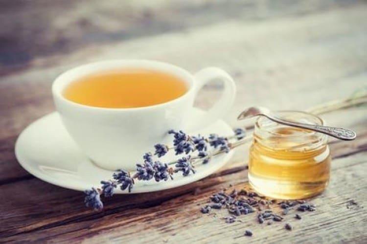Лавандовый чай с медом действует успокаивающе и ободряюще одновременно.