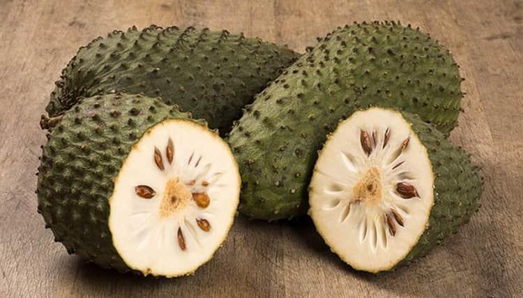 Внутри плод мягкий, но его семена ядовитые.
