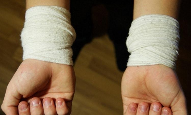 Какими бы ни были причины возникновения гигромы на запястье руки, лечение вполне осуществимо в домашних условиях.