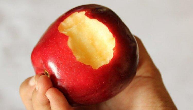 Чтобы наладить работу желудка и кишечника, нужно регулярно есть овощи и фрукты.