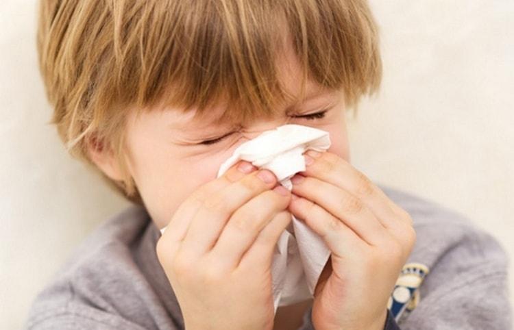 При обнаружении симптомов фронтита у детей лечением должен заниматься врач.