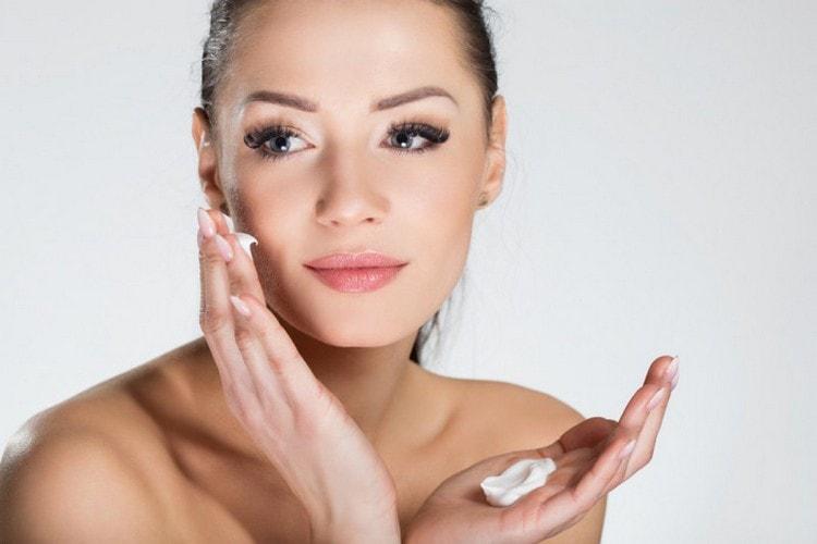 После нанесения массы ее смывают через 20-25 минут и увлажняют кожу кремом.