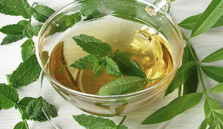 Можно также готовить ребенку травяные чаи: ромашковый, мятный.