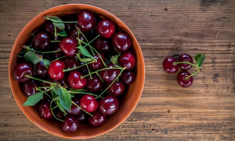 Узнайте также о пользе и вреде вишни для здоровья женщины.