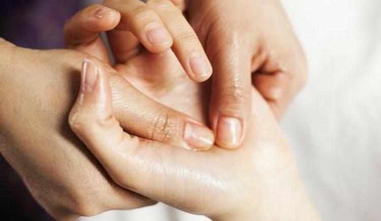 независимо от причины для лечения онемения пальцев левой руки можно применять массаж с маслом.