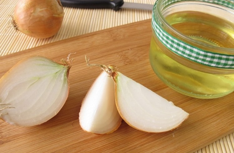 Можно также употреблять смесь лукового сока с медом.