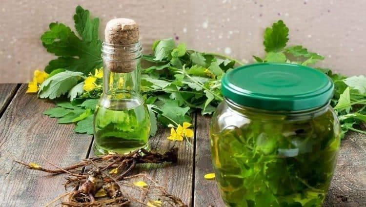 При лечении базалиомы народными средствами хорошо показывает себя отвар чистотела.