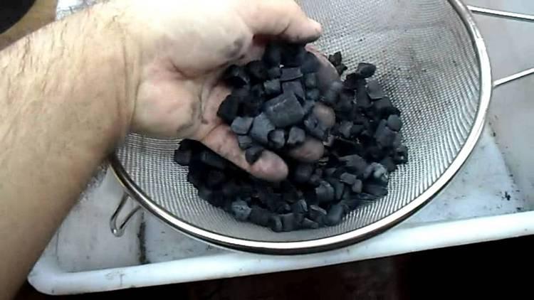 Даже в домашних условиях можно приготовить такой сорбент как уголь.