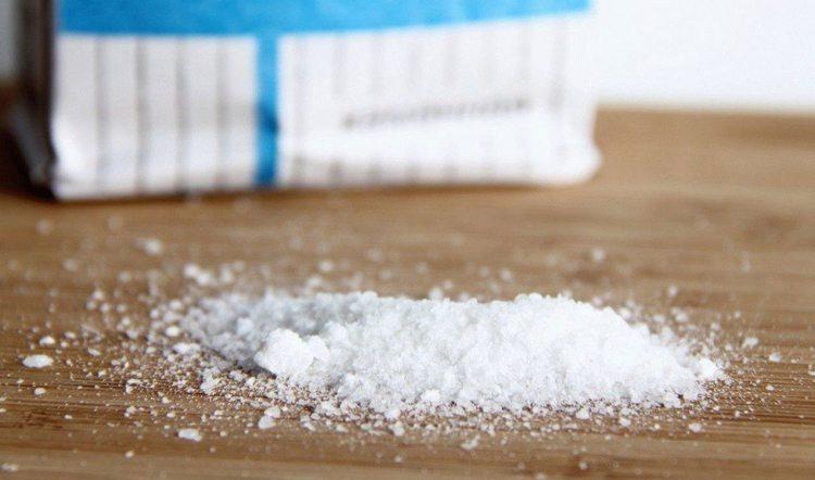 Простым способом избавиться от судорог могут послужить и несколько крупинок соли, которые надо положить на язык.