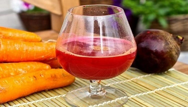 Мочегонный, а следовательно, и противоотечный эффект даст смесь соков моркови и свеклы.