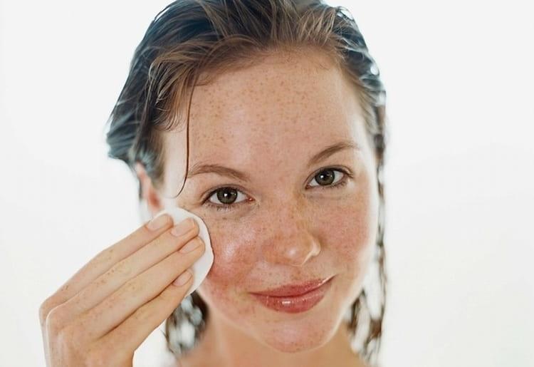 Протирая кожу соком растения, можно избавиться от веснушек и пигментных пятен.