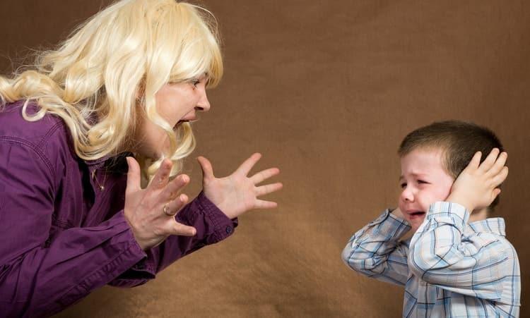 Нередко причины невроза кроются в детстве, в плохом отношении родителей к ребенку.