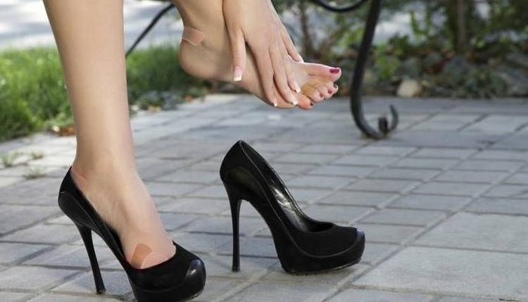 К возникновению натоптышей нередко приводит неправильно подобранная и неудобная обувь.