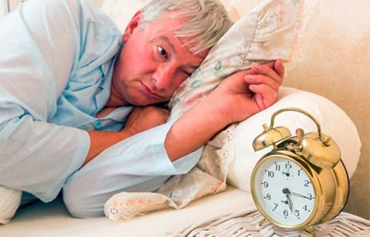 Обладая седативным эффектом, зопник помогает при невротической бессоннице.
