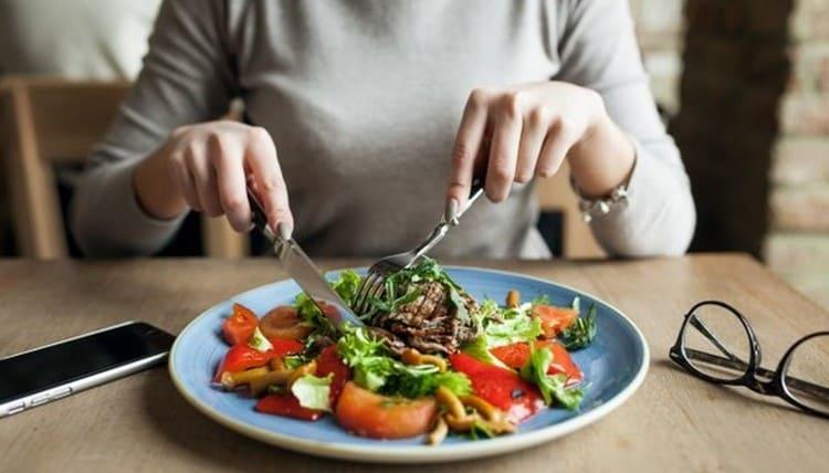 Очень важно также правильно питаться, чтобы организм не был ослаблен из-за нехватки витаминов.