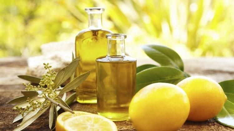 Кое-кто прибегает также к приему оливкового масла и лимонного сока.