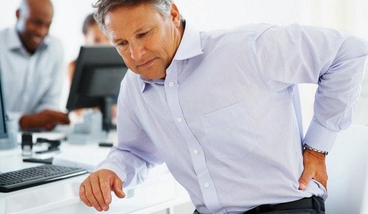 С дорсопатией очень часто сталкиваются люди с сидячей работой, ведущие малоподвижный обрах жизни.