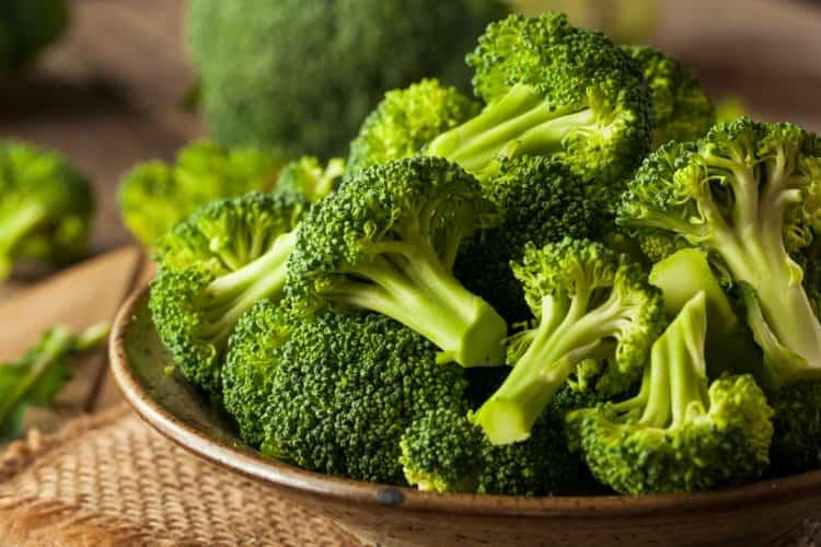 Рядом полезных свойств обладает капуста брокколи, но даже к ее употреблению есть некоторые противопоказания.