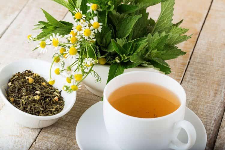 Успокаивающе при таком недуге подействует чай на основе ромашки и мяты.