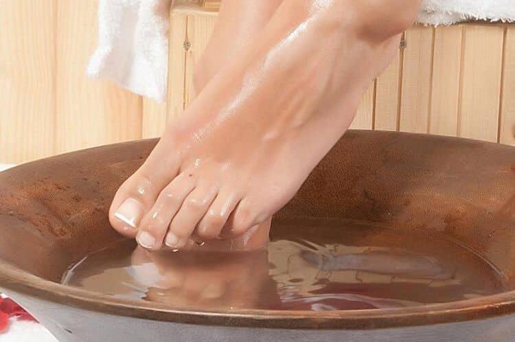 Ванночки с использованием отвара из этого растения помогают избавиться от потливости ног.
