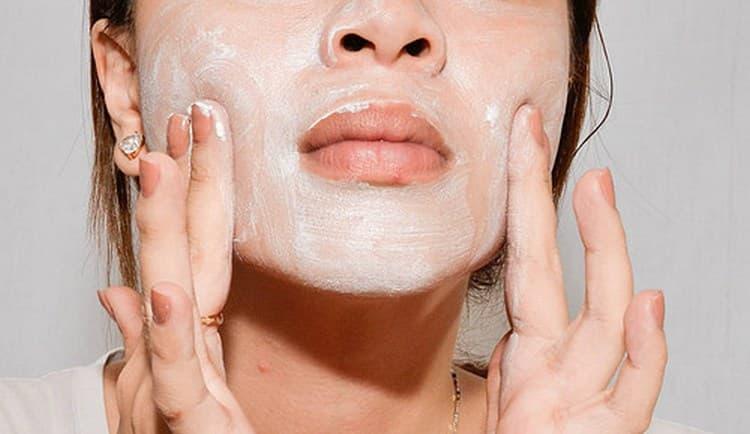 Перед применением маски против жирной кожи лица желательно сделать пилинг-скатку.