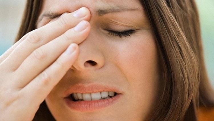 При обострении недуга возможны не только сильные головные боли, но и повышение температуры.