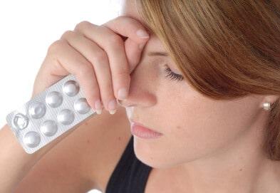 Женщина держит пачку таблеток