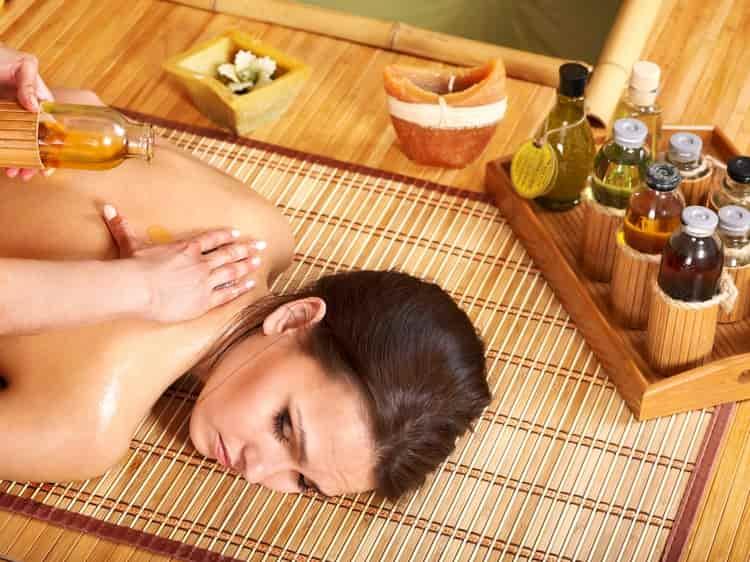 Эфирное масло ванили обладает целебными свойствами, и применение его в массаже успокаивает, принося легкий седативный эффект.