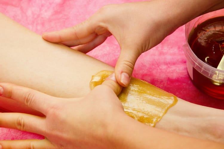 паста для шугаринга очень легко наносится на кожу.
