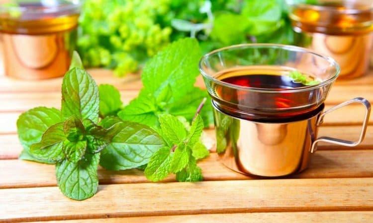 Чай будет полезно употреблять при стенокардии.