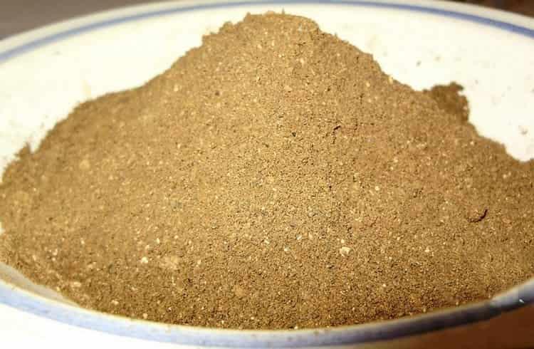 Польза сушеных лисичек в том, что перемолотые в порошок, они используются для приготовления настойки от глистов.