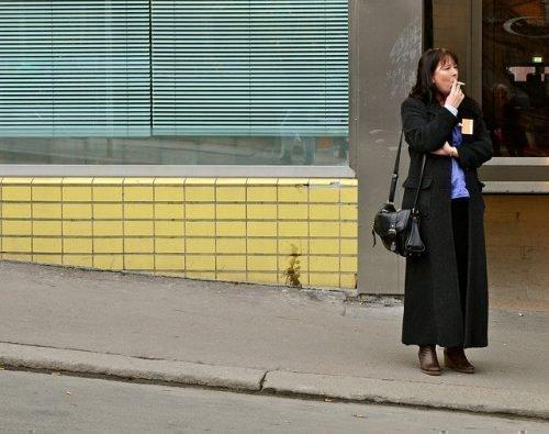 Женщина курит