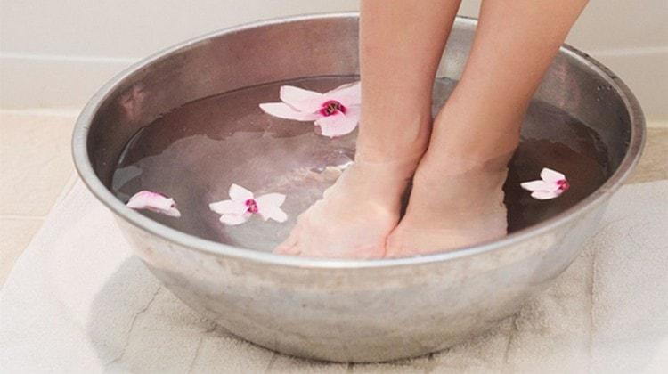 Если нарывает большой палец на ноге, полезно делать такие ванночки с ромашкой.