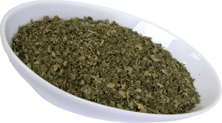 Узнайте все о лечебных свойствах листьев лещины и противопоказаниях к их употреблению.