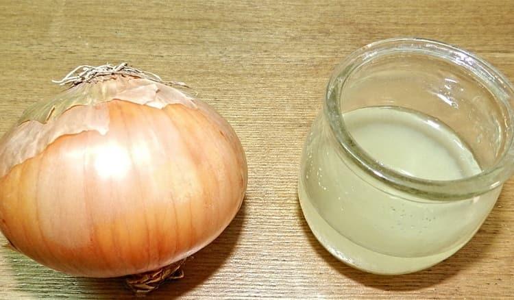 Можно также использовать смесь лукового сока с медом.