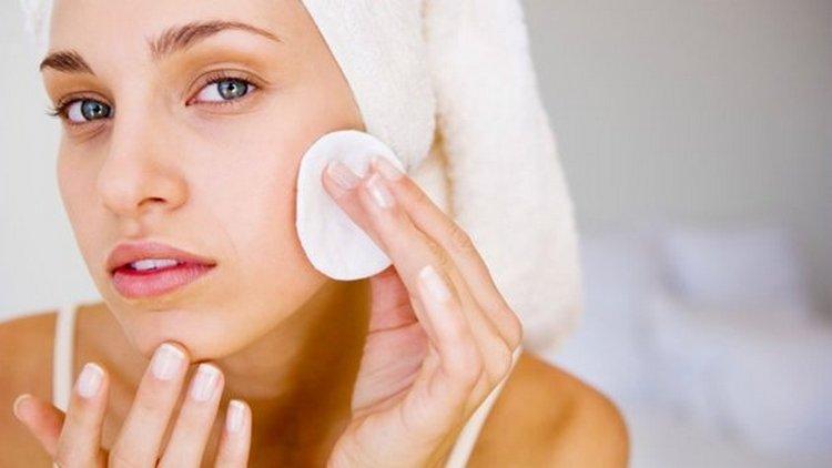 Перед тем как наносить маску для жирной кожи в домашних условиях, надо сначала очистить лицо.