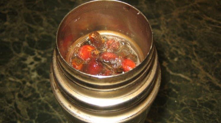 Целебный сбор с шиповником тоже используют при лечении спаек в малом тазу у женщин.