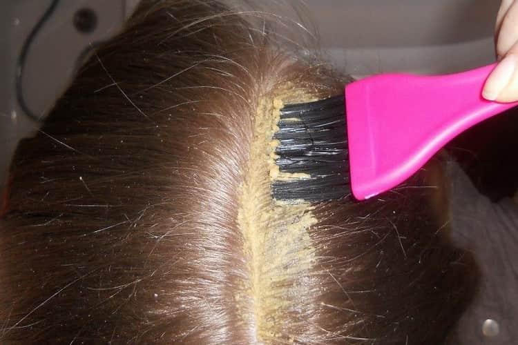 Маску с горчицей для роста волос наносить надо на зону корней.