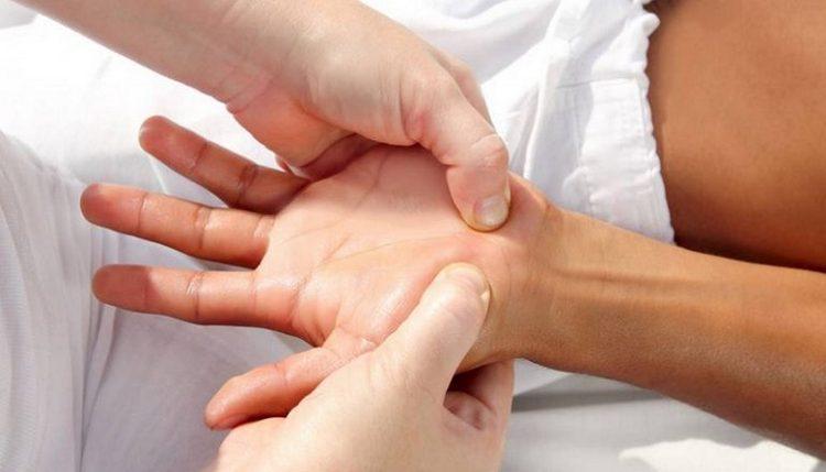 При появлении симптомов туннельного симптома кисти руки для лечения прибегают к массажу с растирками.