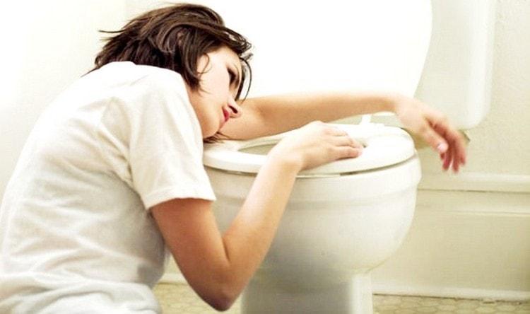 Для болезни характерна рвота, боли и спазмы в животе, головные боли, высокая температура.