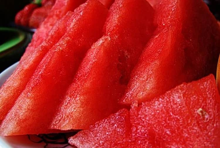 Мякоть арбуза хорошо увлажнит и успокоит кожу.