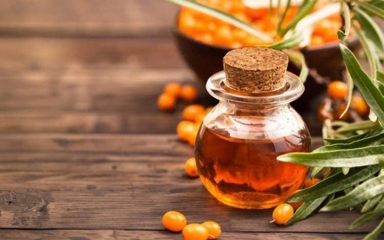 При ожогах борщевиком с волдырями для лечения в домашних условиях можно использовать облепиховое масло.