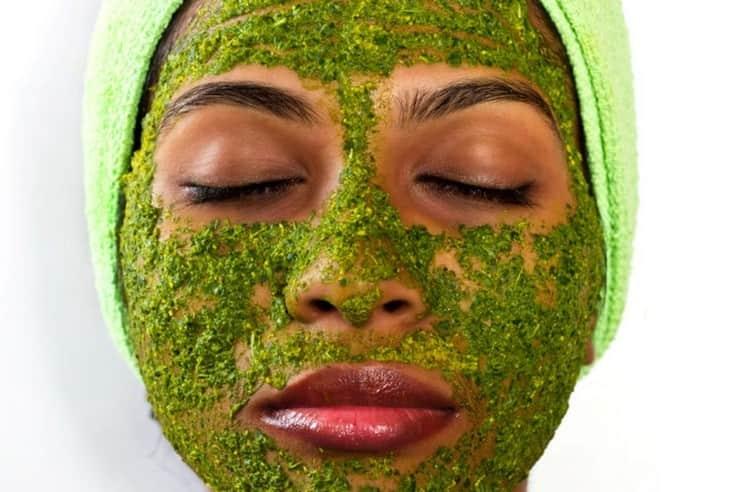 Для жирной кожи полезно делать маски из щавеля.