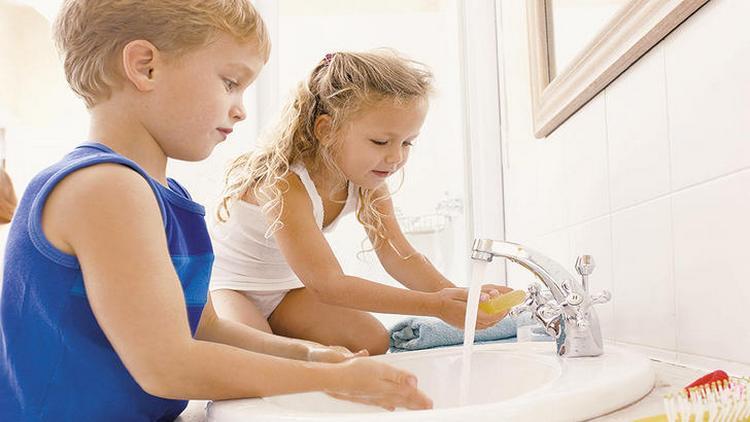 В целях профилактики чрезвычайно важно приучить малыша соблюдать личную гигиену.