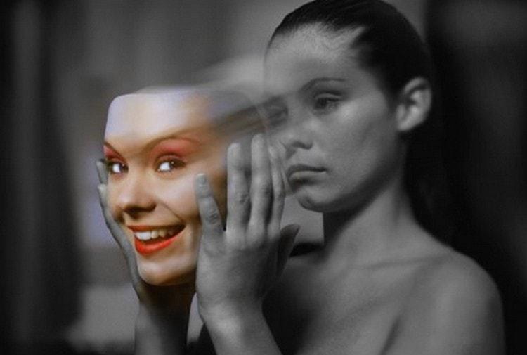 Невзирая на то, что яд настолько сильный, его все же с осторожностью применяют при лечении некоторых недугов, в частности психических расстройств.